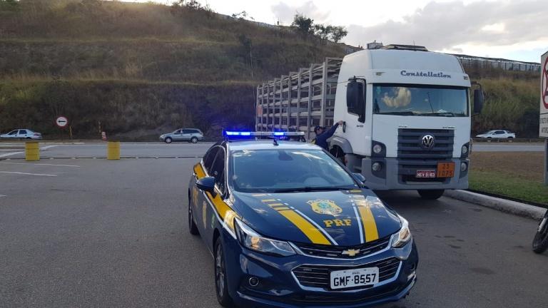 PRF recupera caminhão roubado logo após assalto na BR-381