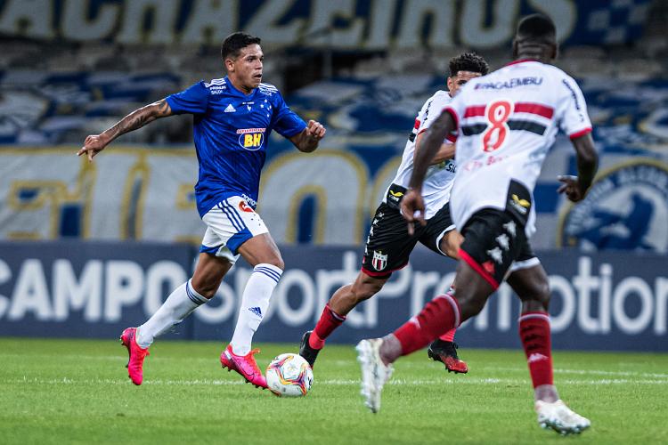 Jadsom, do Cruzeiro, questiona possibilidade de cartão vermelho a Naldo em lance contra Botafogo-SP