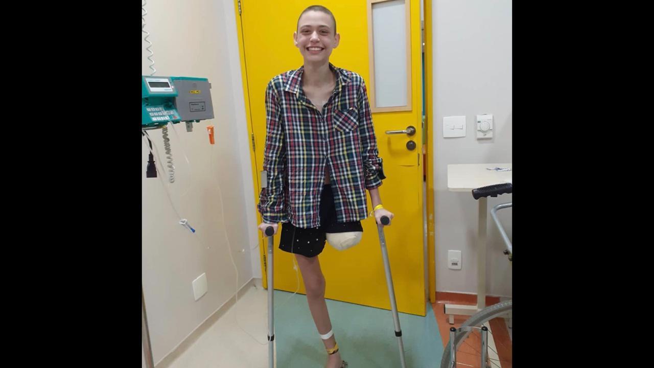 Jovem cria campanha para comprar prótese e voltar a andar