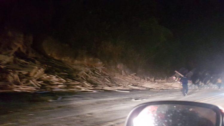 Carreta carregada tomba e atinge motociclista na BR-381 em Sabará