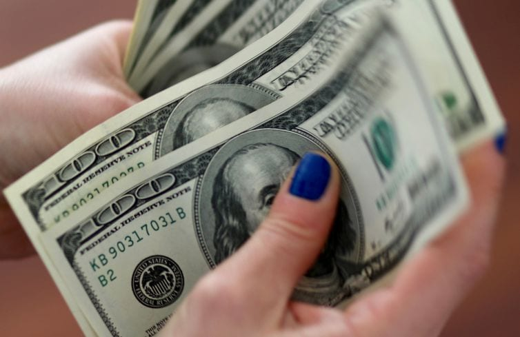 Dólar fecha em alta pela terceira semana seguida