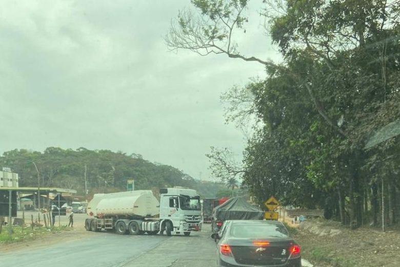 Carreta com pane mecânica e obras deixam trânsito lento na BR-381 nesta terça (22)
