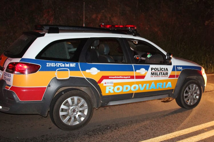 Homem ultrapassa viatura em local proibido e acaba preso com droga