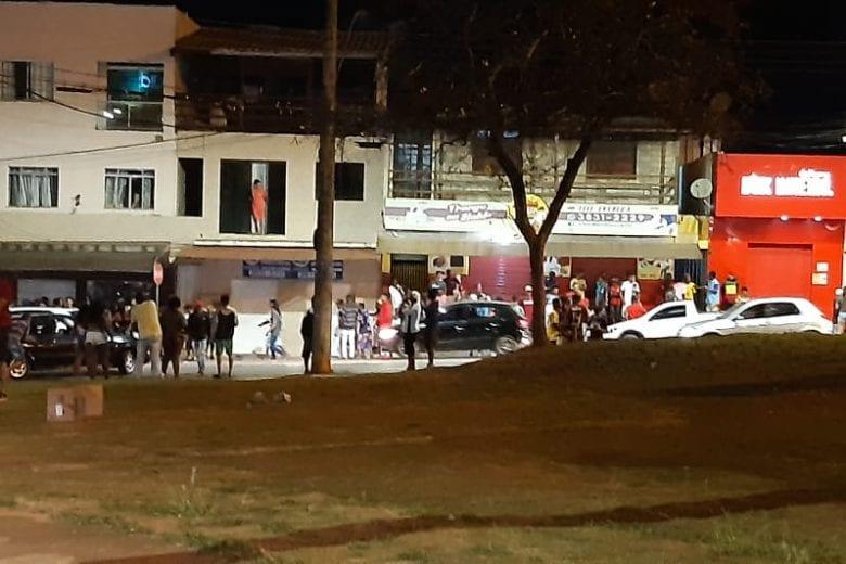 """Polícia Militar acaba com """"farra"""" na praça do Areão em Itabira"""