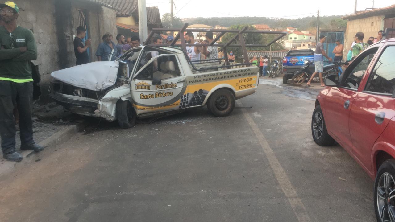 Casal fica ferido após caminhonete sem freio colidir em muro de residência