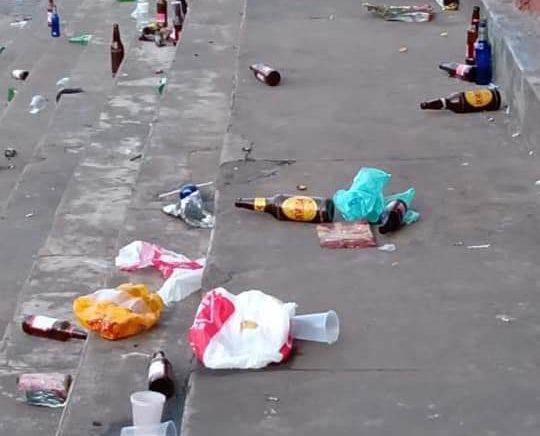 Reabertura de bar causa aglomeração em praça de Santa Bárbara
