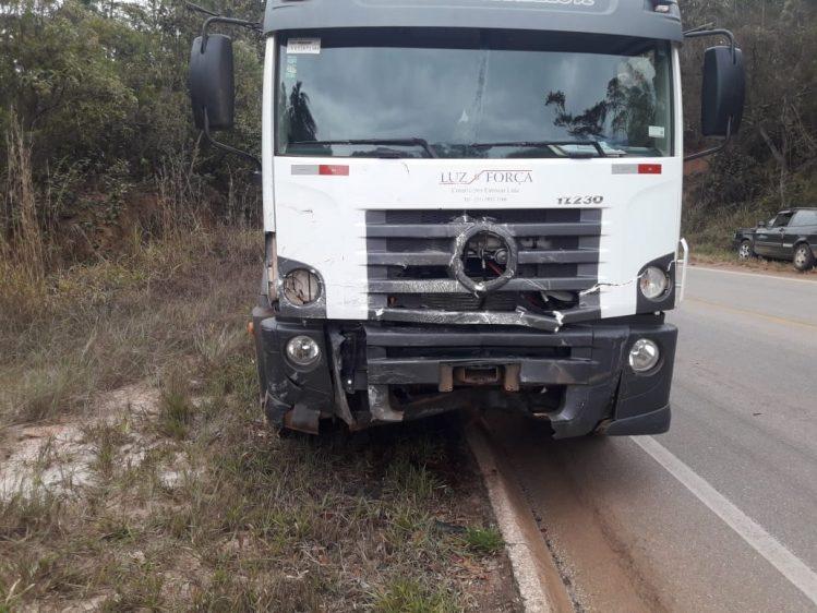 Vectra fica destruído em colisão com caminhão na MG-129