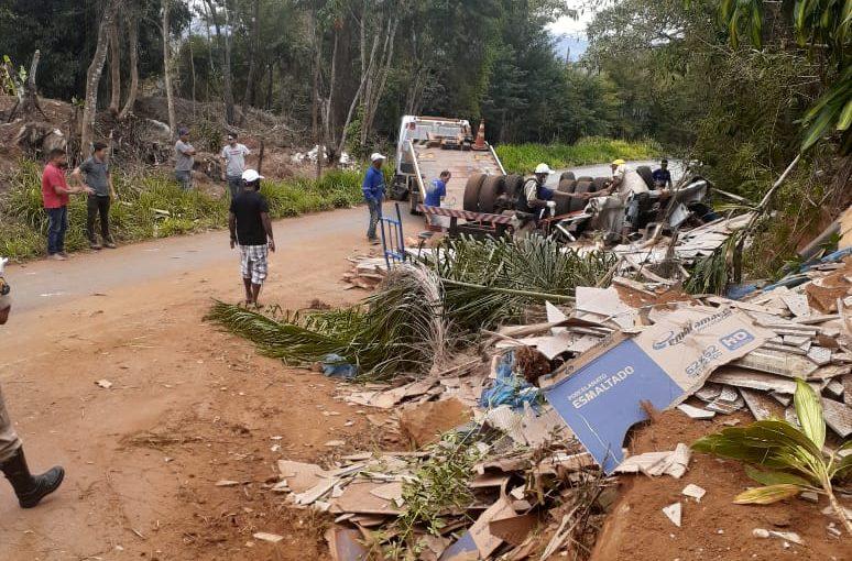 Homem morre após caminhão capotar na MG-010 em Conceição do Mato Dentro