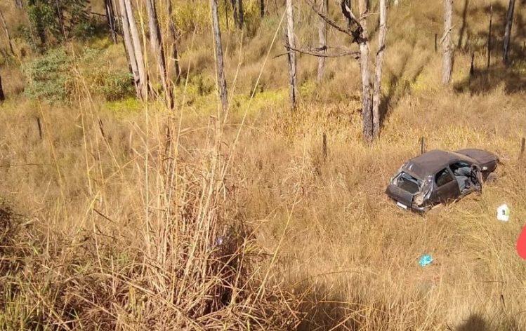 Carro capota em ribanceira e homem morre na MG-436 em Barão de Cocais