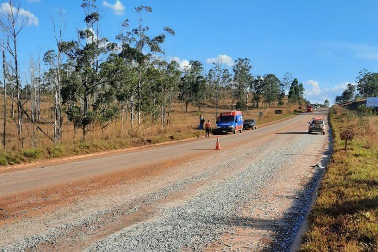 Motorista de caminhão que derramou brita e causou acidente fatal é detido pela PM