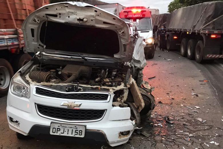 Colisão entre caminhonete e carreta deixa motorista ferido na BR-381