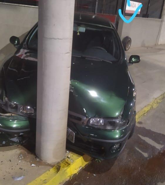 Carro com duas pessoas bate contra poste em João Monlevade