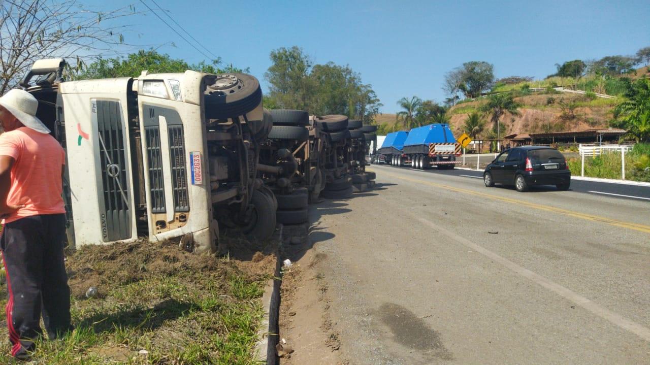Carreta tomba e motorista morre na BR-381 em Nova Era