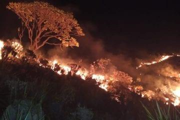 Incêndio na Serra do Cipó avança ainda sem controle