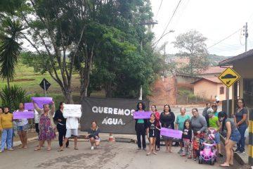 Há uma semana sem água, moradores de Conceição protestam contra a Copasa