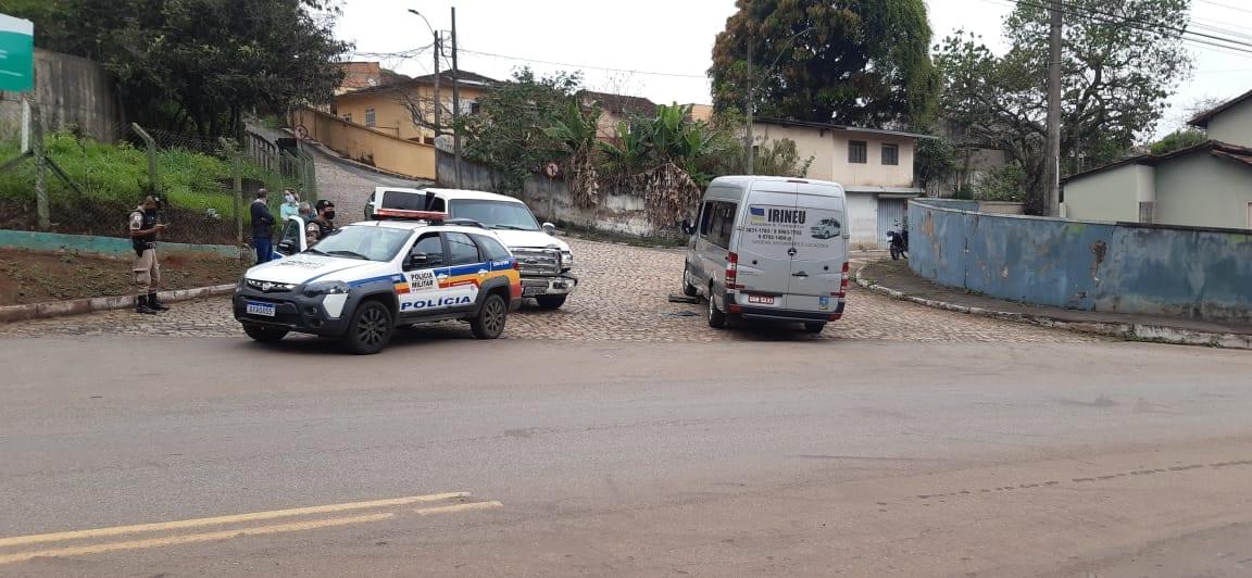 Colisão entre caminhonete e van deixa duas pessoas feridas