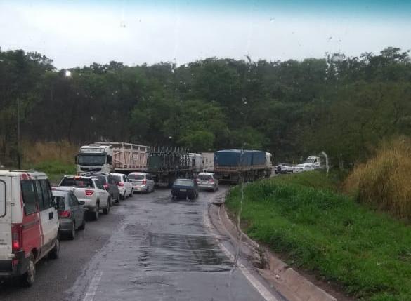 Atenção: chuva, acidentes e veículos pesados deixam fluxo lento na BR381
