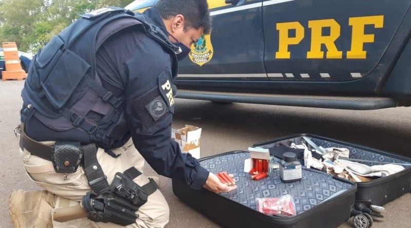 PRF apreende pólvora e munições dentro da bagagem de passageiro em ônibus
