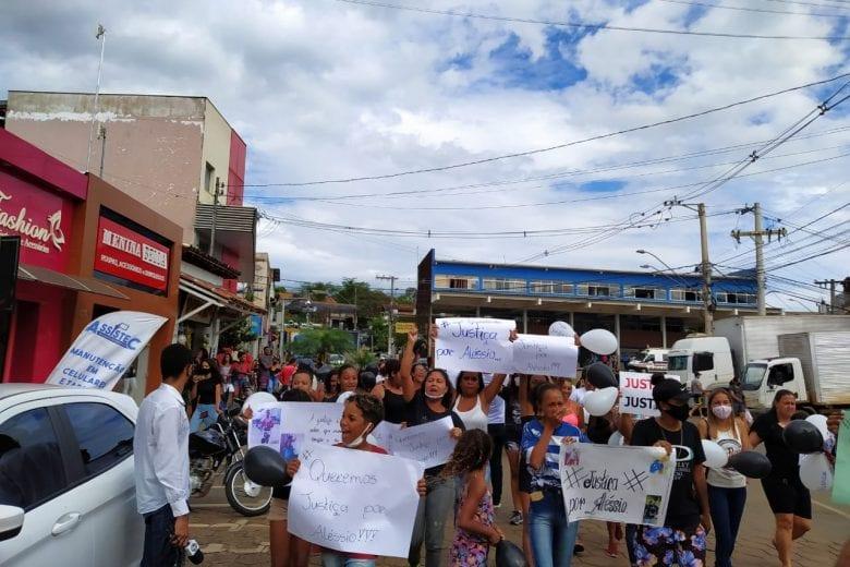 Amigos e familiares de jovem assassinado em Santa Bárbara fazem manifestação e cobram Justiça