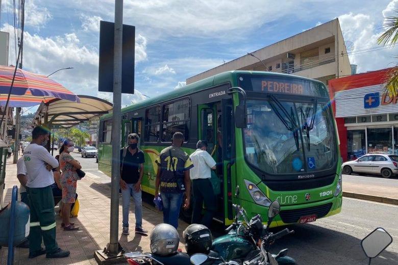 Passageiros reclamam de lotação e atraso dos ônibus em Itabira