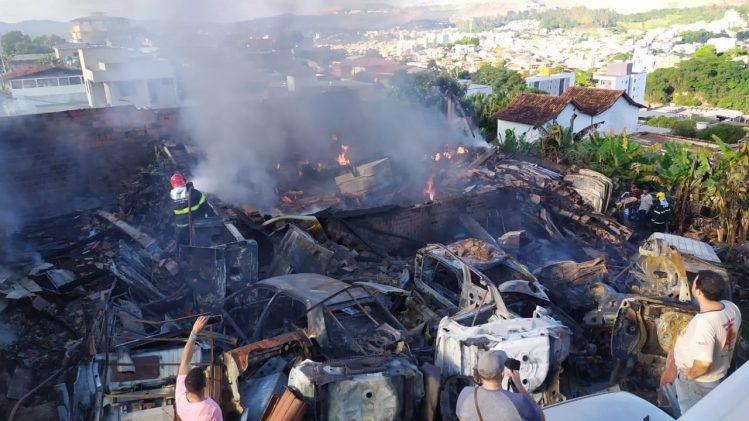 Incêndio em depósito de veículos mobiliza bombeiros em Itabira