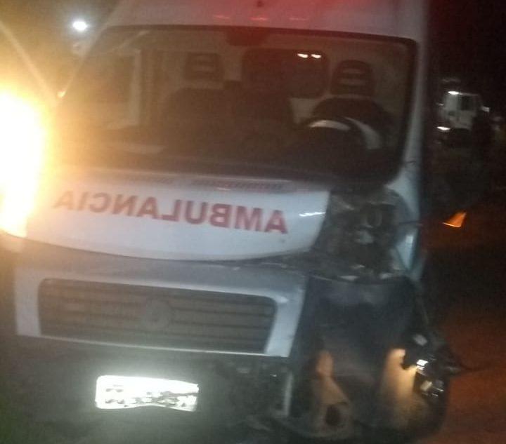 Carro colide com ambulância no mesmo local onde carreta cegonheira tombou em Nova Era