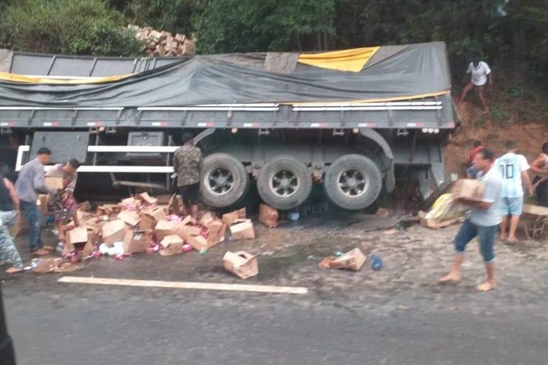 Carreta carregada com material de limpeza tomba na BR-381 em São Gonçalo