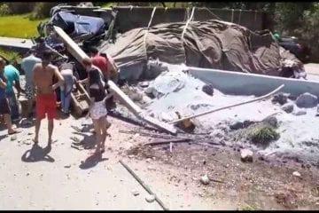 Carreta com cimento tomba na BR-381 e deixa um morto