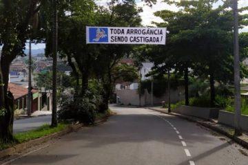 Itabira amanhece com faixas ironizando a permanência do Cruzeiro na Série B