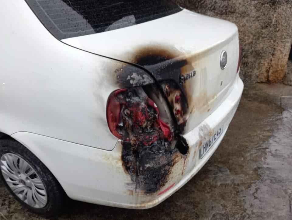 Posto de combustíveis pega fogo após raio atingir rede elétrica