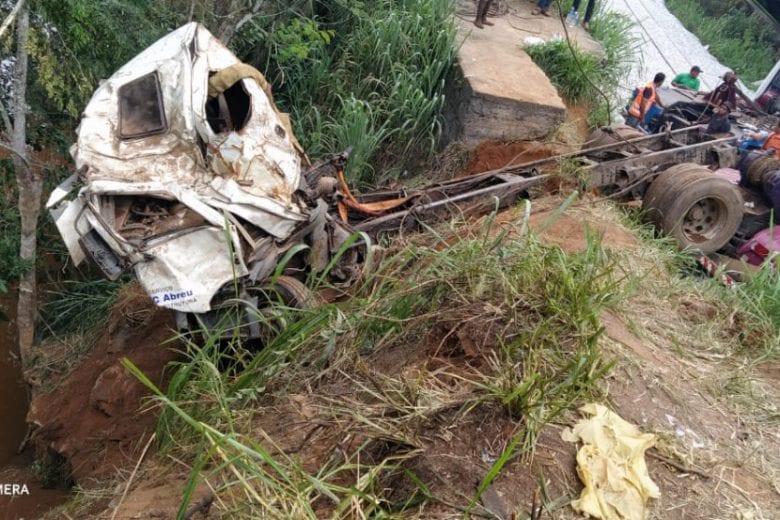 Bombeiros conseguem retirar o caminhão do Rio Piracicaba