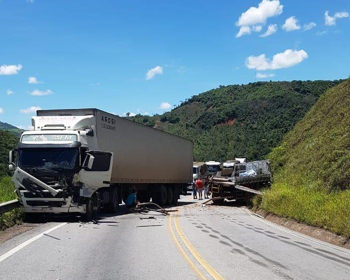 Acidente envolvendo carreta interdita rodovia MGC-120 em Nova Era