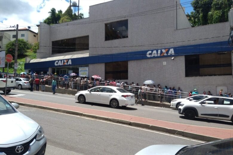 Filas voltam a se formar, usuários protestam e Caixa é multada em Itabira