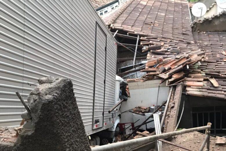 Caminhão desgovernado invade casa em Ferros e causa destruição