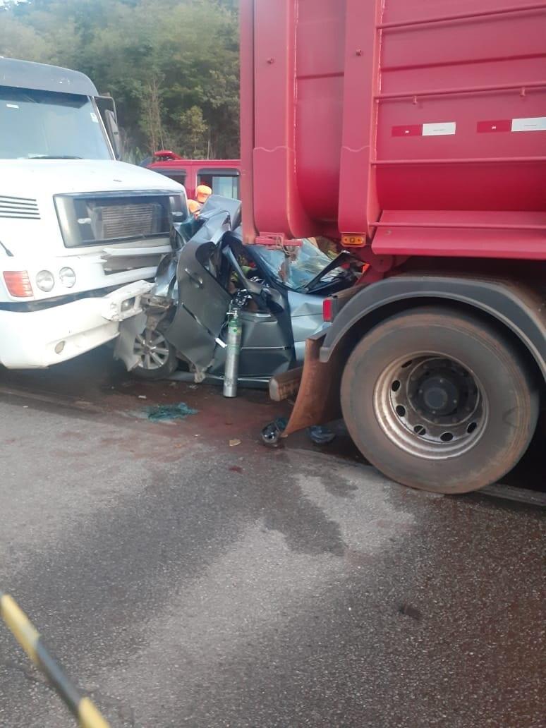 """Carro é """"espremido"""" por duas carretas em acidente na BR-381"""