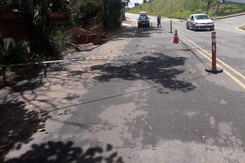Desabamento deixa rua parcialmente interditada no João XXIII