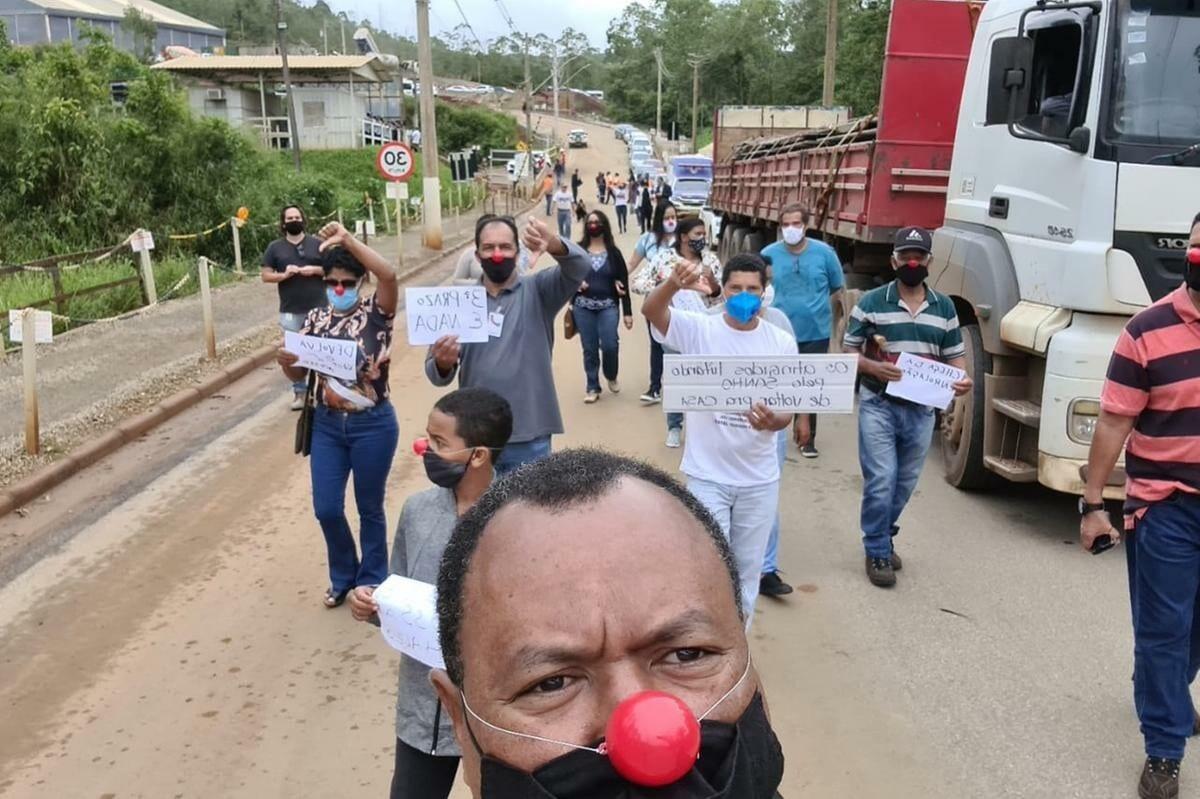Casas não ficam prontas e moradores de Mariana protestam
