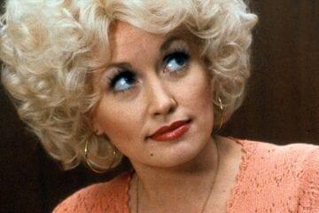 """Dolly Parton aposta em nova versão de sucesso e lança de """"5 to 9"""" para o Super Bowl"""