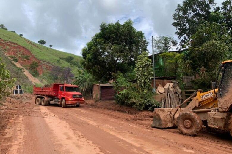 Um dos acessos a Santa Maria de Itabira, MGC-120 é tomada por lama