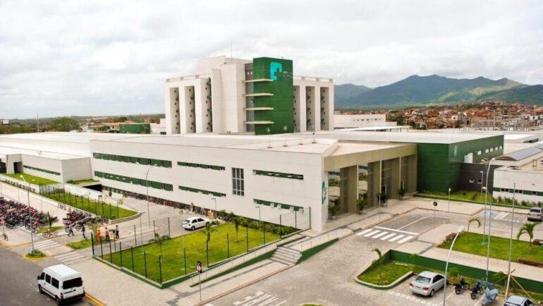 Internado na UTI Covid no Ceará, técnico de enfermagem recebe pedido de casamento