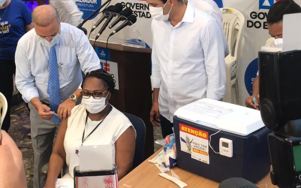 Primeira vacinada na Bahia pega Covid-19 antes da 2ª dose