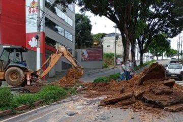 Interdição total: rua Juca Machado no centro de Itabira passa por reparos