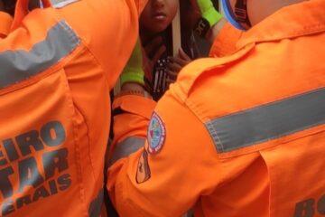 Bombeiros resgatam criança com a cabeça presa em grade de portão