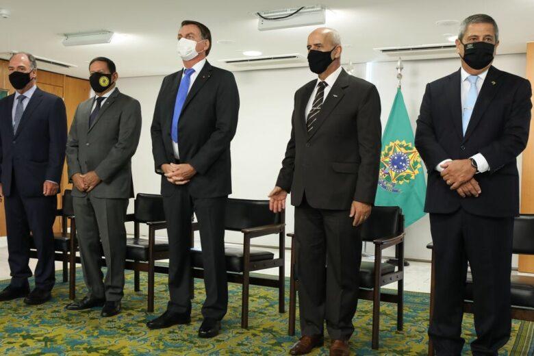 Em cerimônia fechada, Bolsonaro oficializa seis novos ministros