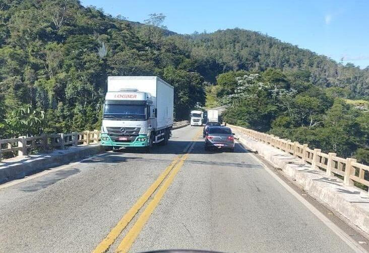 Caminhão com problemas mecânicos interdita trânsito na Ponte Torta, na BR-381