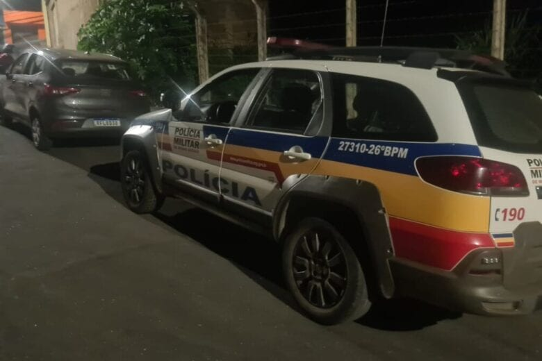 Polícia encontra carro roubado danificado por tiros