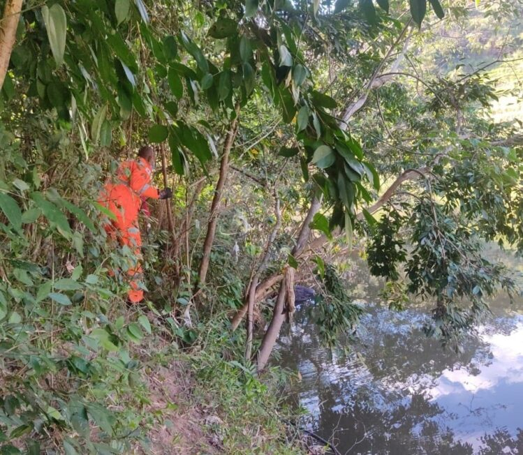 Corpo enrolado em lençol é encontrado jogado no rio