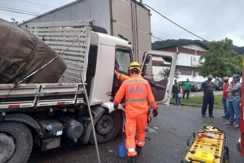 Motorista fica ferido em colisão entre caminhões na BR-381 em Ipatinga