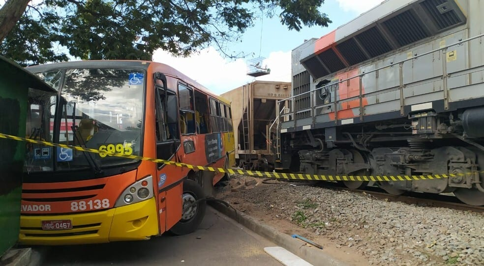 Ônibus é arrastado por trem em Betim; cinco pessoas ficaram feridas