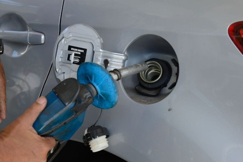 Petrobras anuncia queda de 2% no preço da gasolina às refinarias